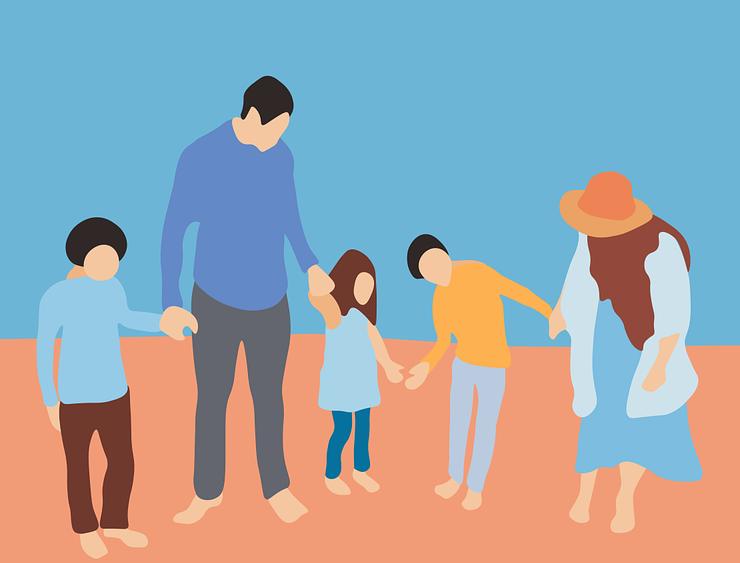 Une famille qui se tient par la main