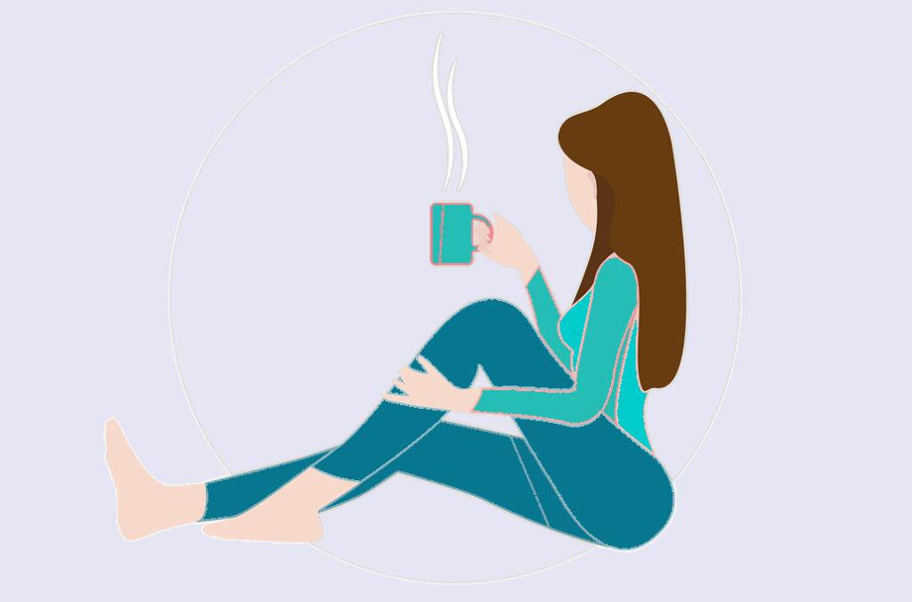 une femme qui prend un thé